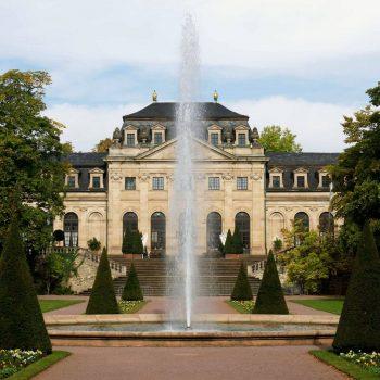 декоративно езеро с фонтан